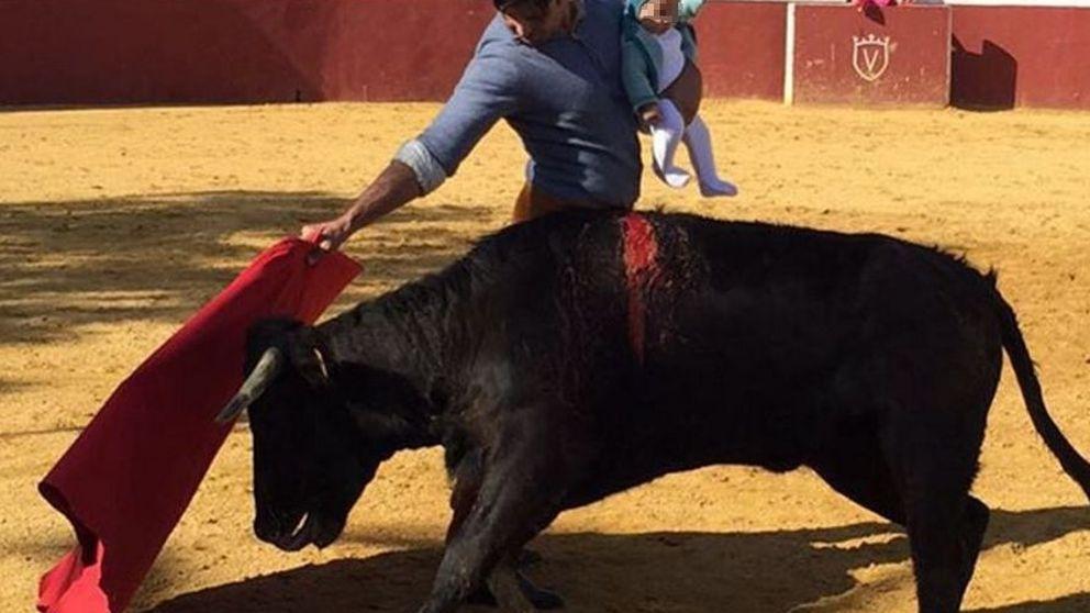 Fran Rivera torea con su hija de cinco meses en brazos y las redes le cornean