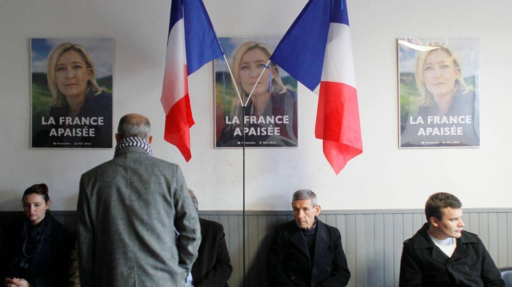 Foto: Votantes de Marine Le Pen esperan a que se anuncien los resultados en la sede del FN en Lyon. (Reuters)