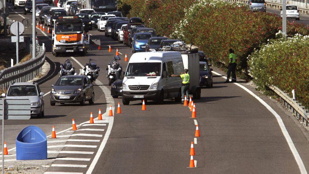 Foto: La Guardia Civil desvía coches que quieren pasar a Marruecos, en la operación Paso del Estrecho del año pasado. (EFE)