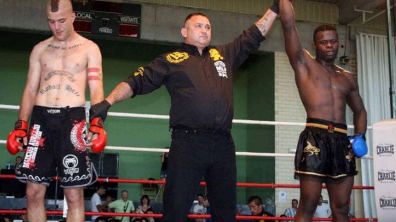 Ernesto Navas, con el tatuaje de Rudolph Hess, en un combate de MMA. (directa.cat)