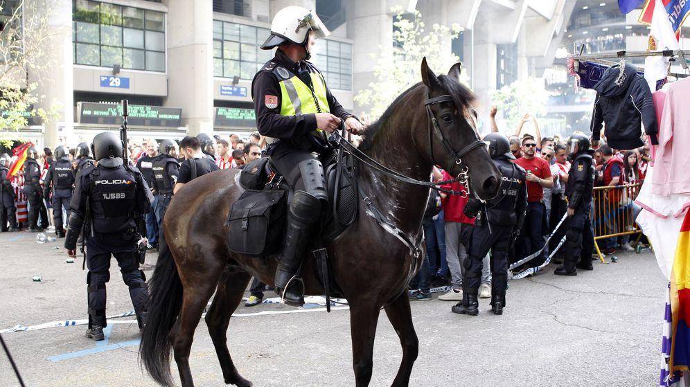 Foto: Un grupo de policías vigila el exterior del Santiago Bernabéu. (EFE)