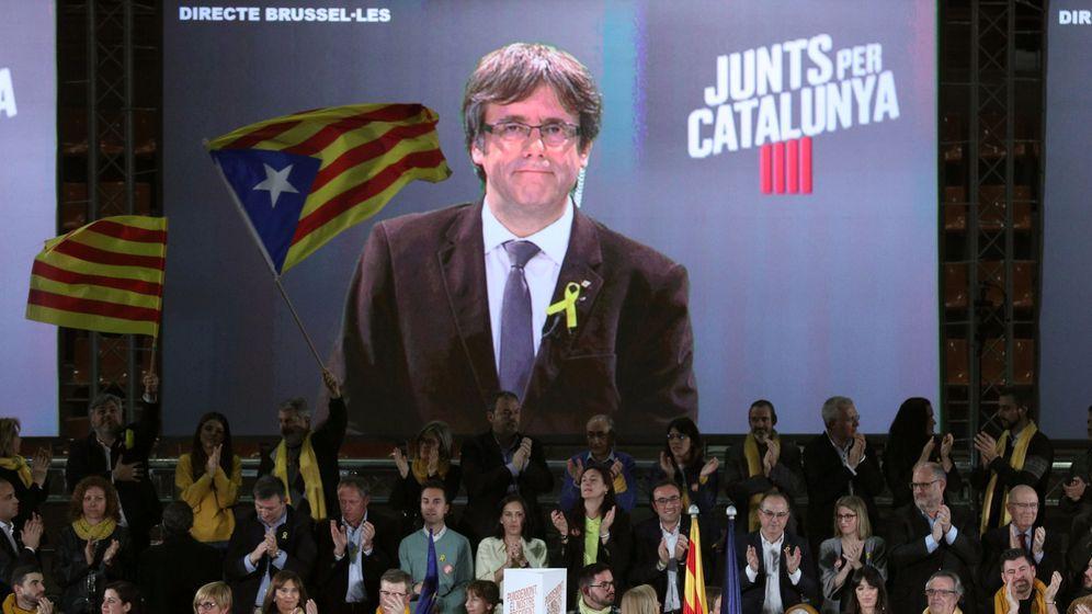 Foto: Puigdemont participa en un acto electoral gracias a una pantalla. (Reuters)