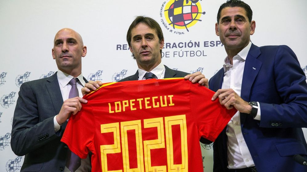 Foto: Julen Lopetegui, entre Luis Rubiales y Fernando Hierro, el pasado 22 de mayo. (EFE)