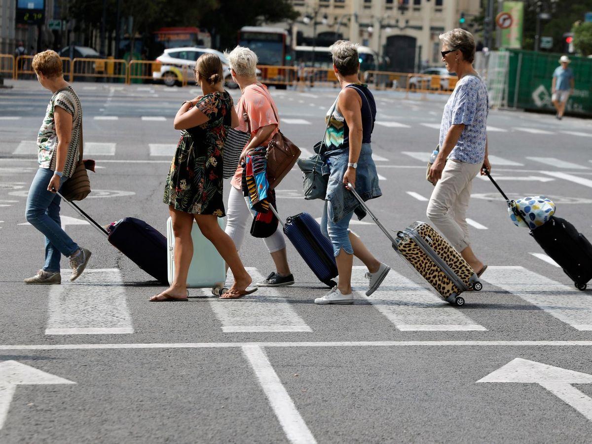 Foto: Turistas cruzando una calle en Valencia. (EFE)