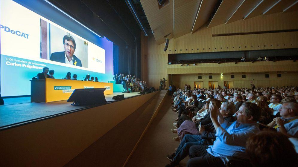 Foto: El expresidente catalán Carles Puigdemont interviene por videoconferencia en la jornada de clausura de la primera Asamblea Nacional del PDeCAT, este fin de semana. (EFE)