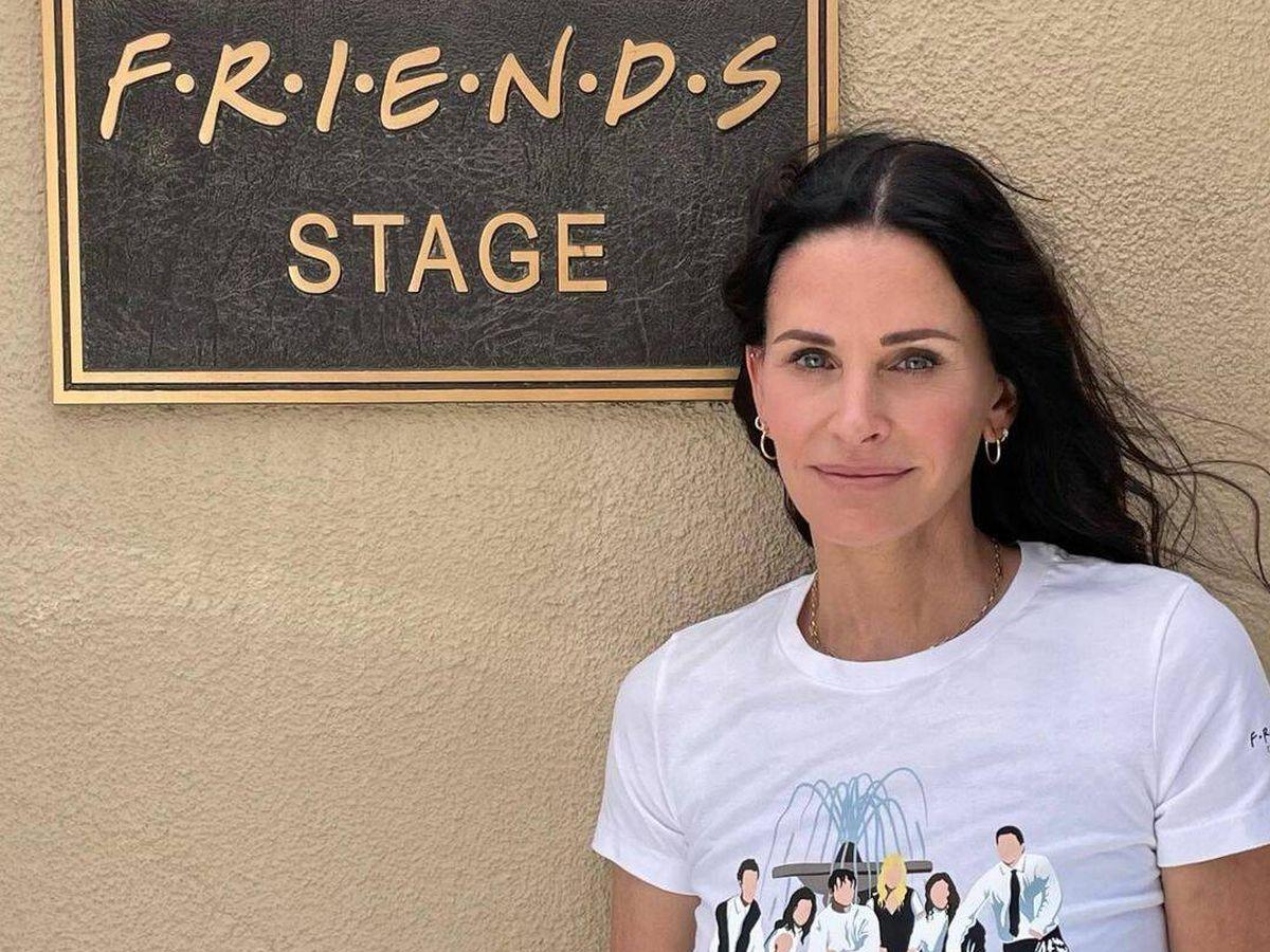 Foto: Courteney Cox posa con una camiseta de la primera colección oficial de Friends. (Instagram, @courteneycoxofficial)