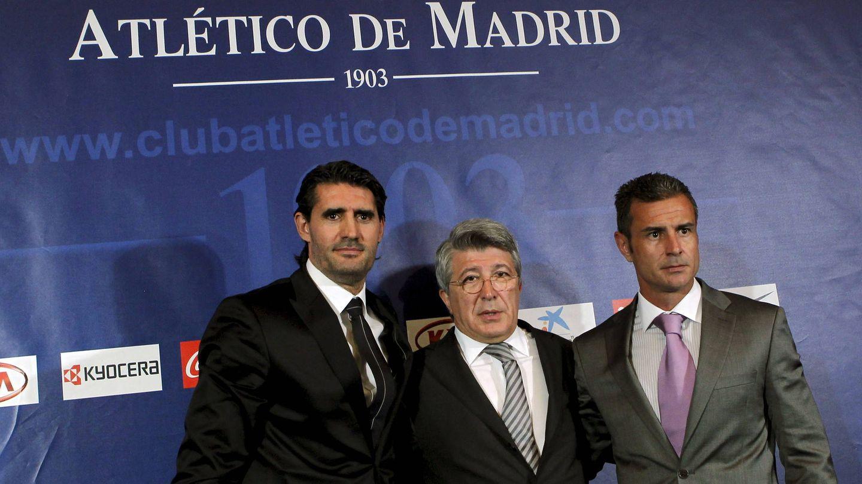 Carlos Aguilera, a la derecha, fue presentado en 2011 junto a José Luis Pérez Caminero, a la izquierda, por Enrique Cerezo. (EFE)