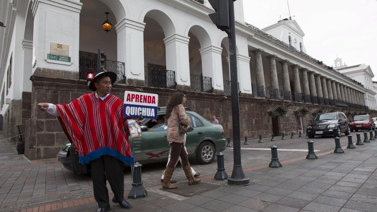 Foto: El indígena Huaira Pilataxi ofrece cursos de lengua quichua online en Quito, en enero de 2016 (Reuters)