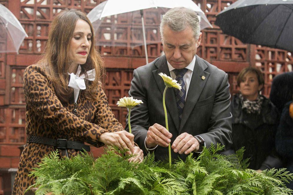 Foto: Iñigo Urkullu y la presidenta del Parlamento autonómico, Bakartxo Tejería, durante un homenaje a las víctimas del terrorismo en la Cámara de Vitoria. (EFE)