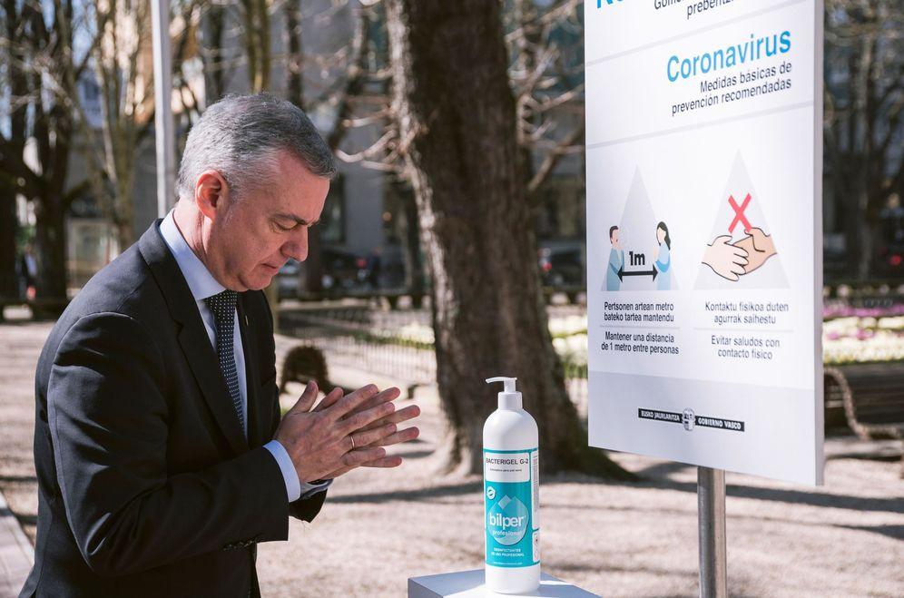 Foto: Urkullu se lava las manos con desinfectante este miércoles en un acto público en Vitoria. (EFE)