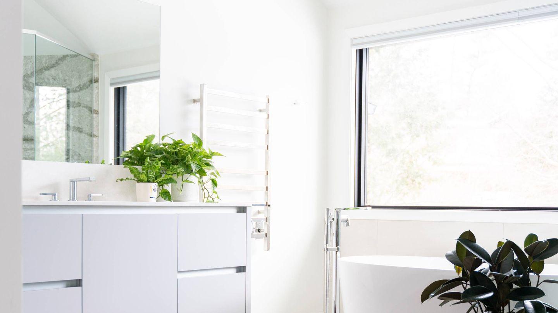 Tips para que un baño pequeño se vea más grande. (Ryan Christodoulou para Unsplash)