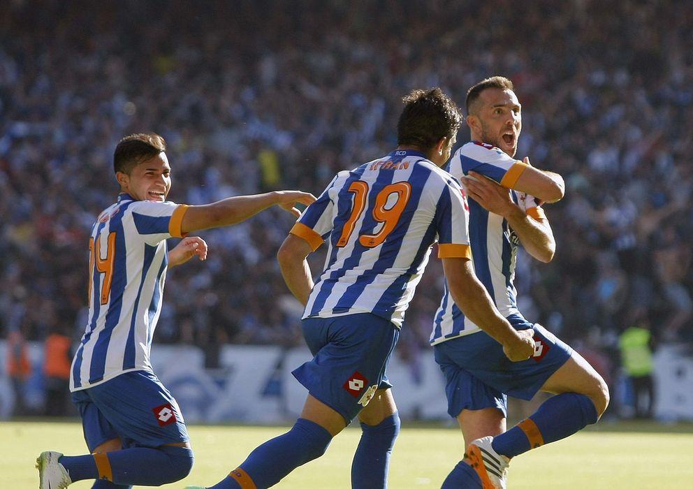 Foto: Marchena celebra su gol ante el Real Jaén junto a sus compañeros Diego Ifrán y Bryan Martín Rabello. (Efe)