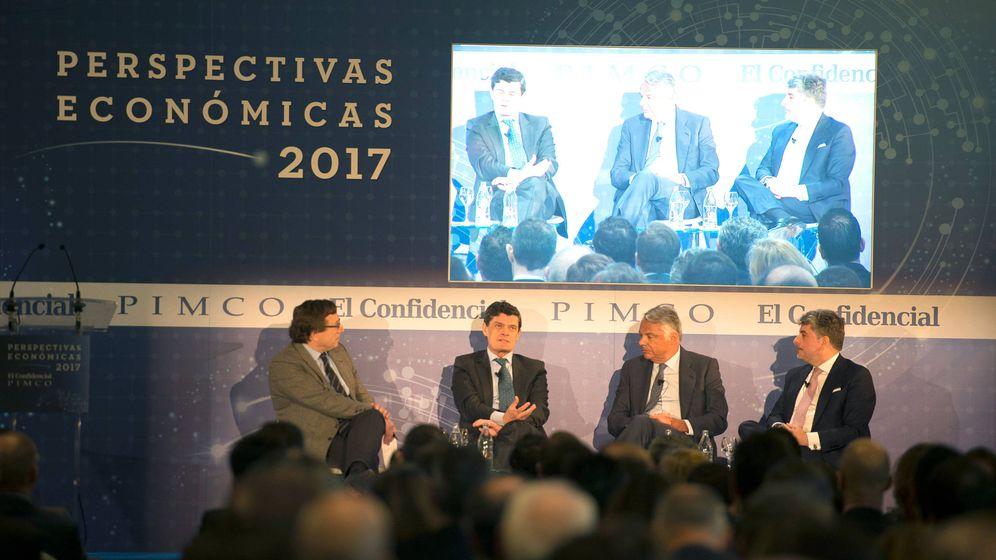 Foto: De derecha a izquierda: Juan Pedro Moreno, presidente de Accenture; Ignacio Garralda, presidente de Mutua Madrileña; Jaime Echegoyen, presidente de Sareb y Carlos Sánchez, subdirector de El Confidencial.