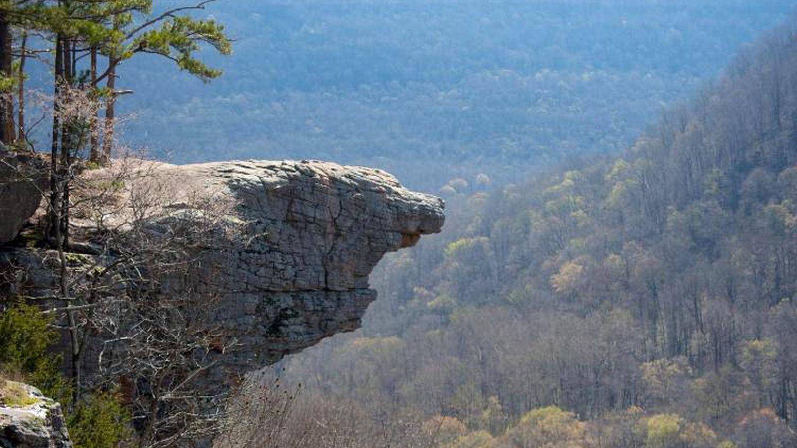 Foto: Hawksbill Crag, el peligroso lugar que muchas personas eligen para hacerse una fotografía (Foto: Twitter)