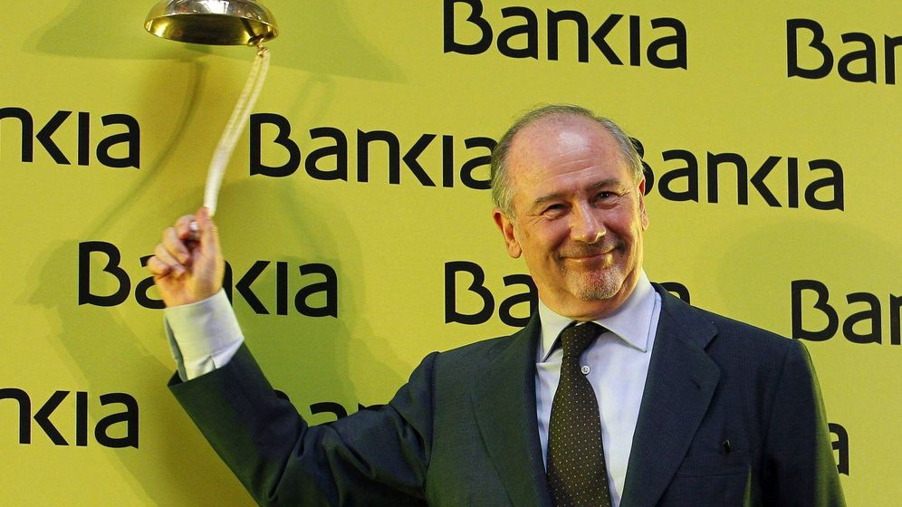 Foto: Rodrigo Rato toca la campana de la salida a bolsa de Bankia en julio de 2011. (EFE)