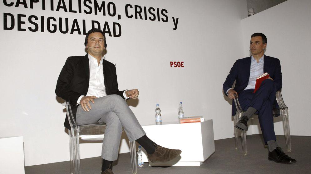 Foto: El secretario general del PSOE, Pedro Sánchez (d), junto al economista francés Thomas Piketty (i), durante una mesa de debate en enero del pasado año. (EFE)