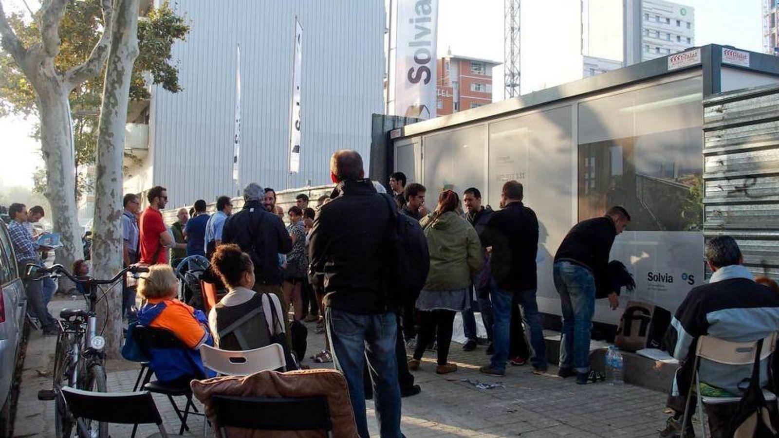Foto: Largas colas para poder reservar una vivienda de Solvia en Barcelona.
