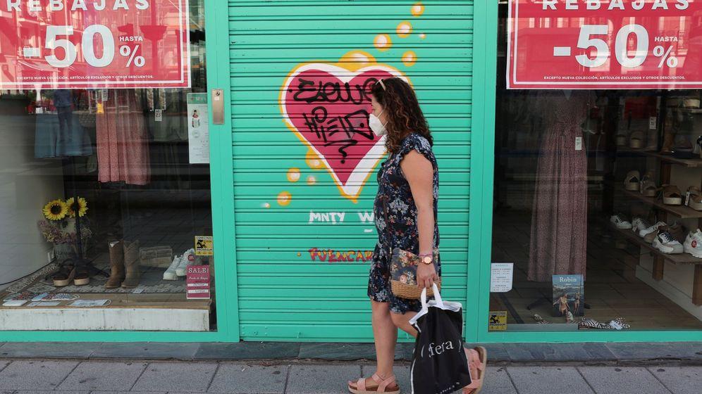 Foto: Una mujer de compras durante la pandemia. (EFE)