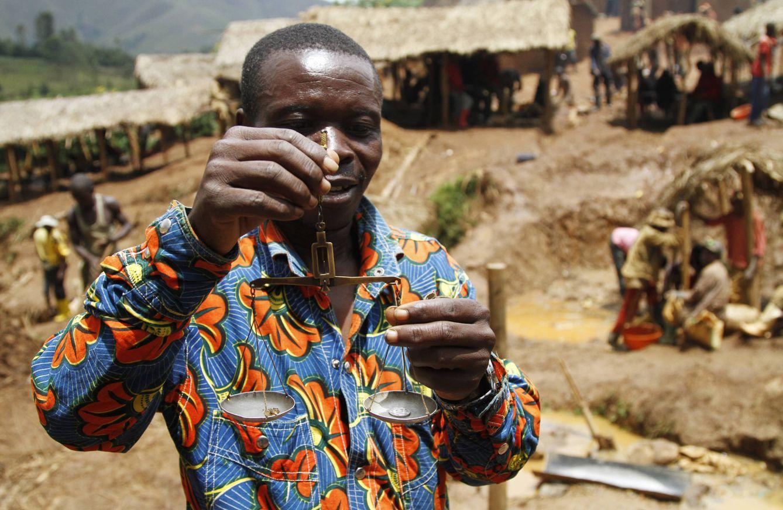 Foto: Un intermediario pesa pepitas de oro en una mina ilegal en Walungu, República Democrática del Congo (Reuters).