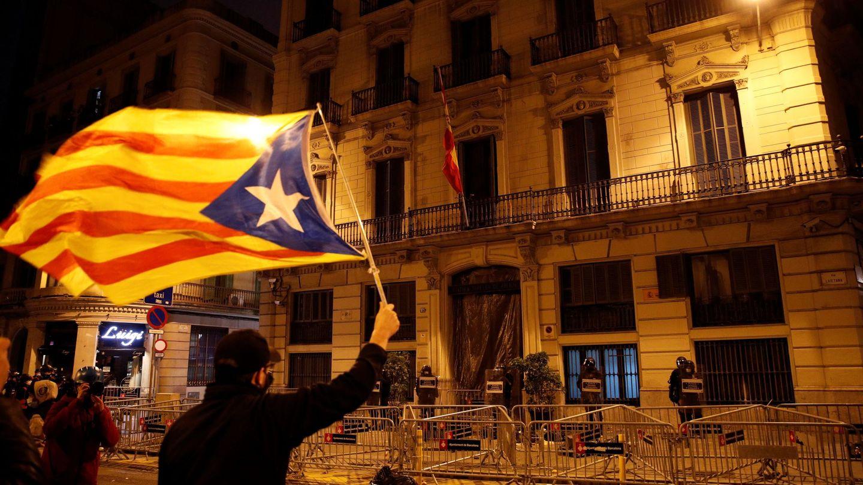 Manifestantes y Mossos d'Esquadra, en la Jefatura Superior de Policía de Barcelona, en una nueva manifestación por la libertad de Pablo Hasél. (EFE)
