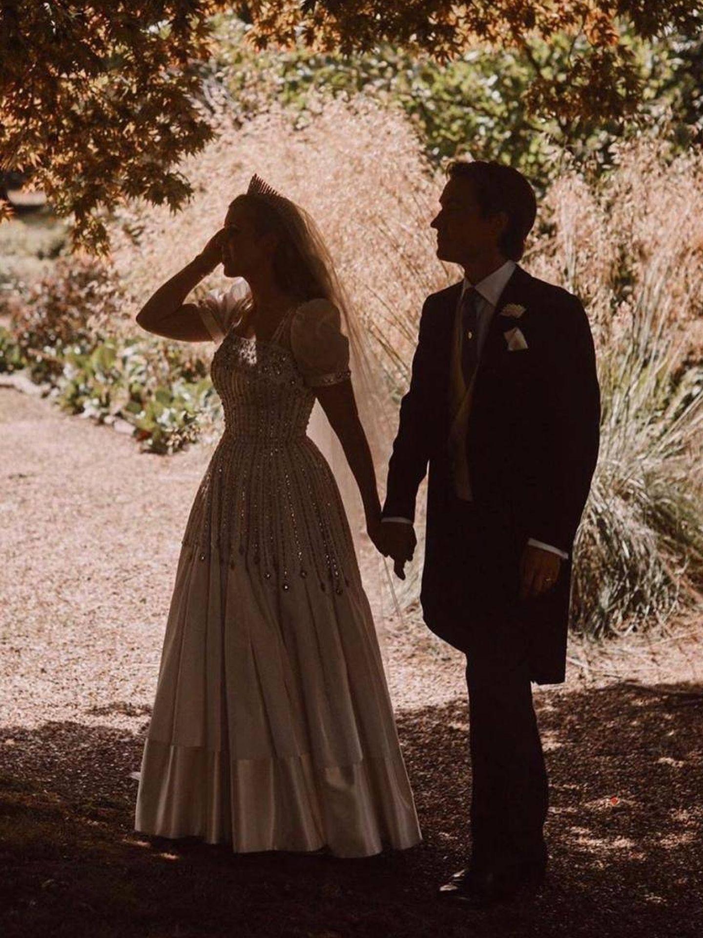 Los recién casados en una imagen a contraluz. (RR.SS.)