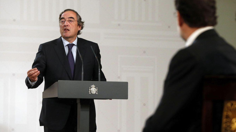 Foto: Mariano Rajoy escucha al presidente de la CEOE, Juan Rosell, en un acto público sobre activación del empleo. (EFE)