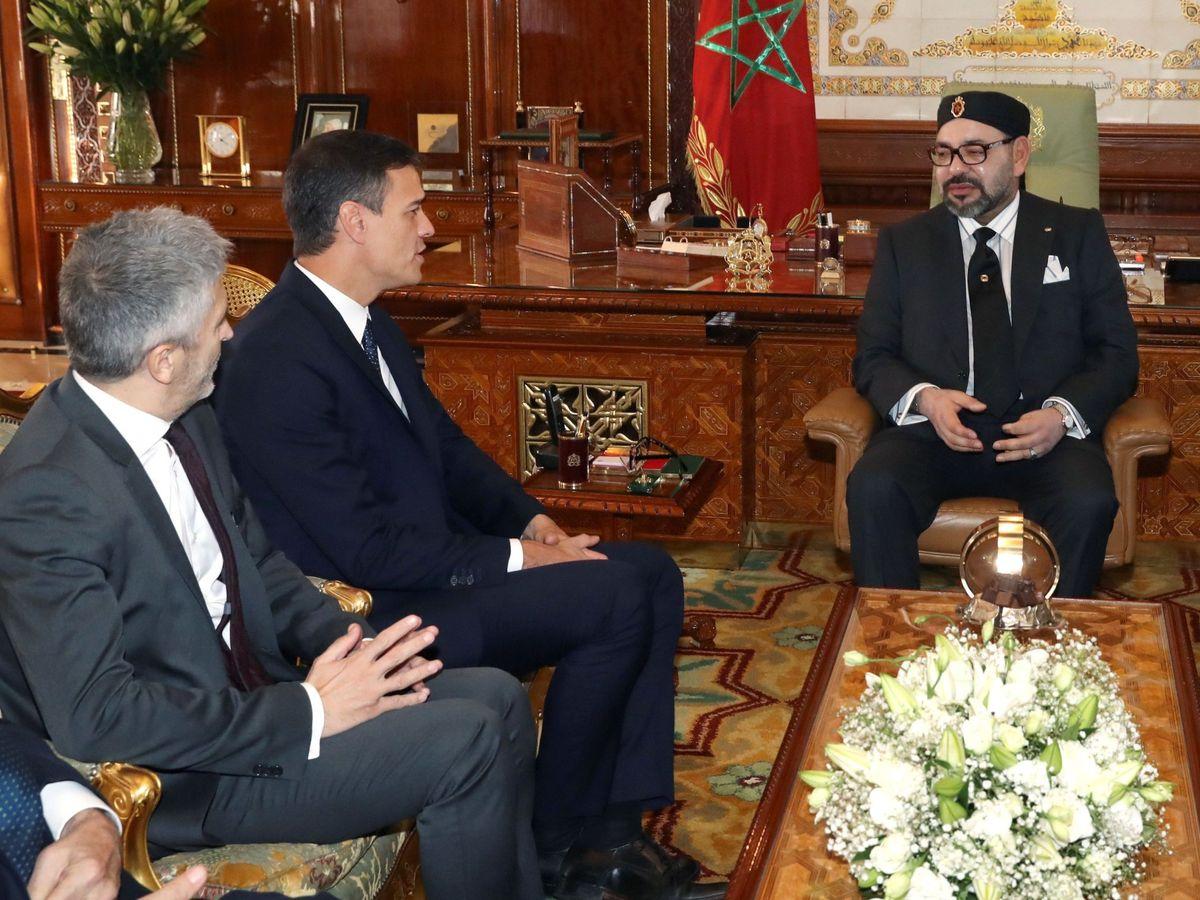 Foto: El presidente del Gobierno, Pedro Sánchez (2i), junto al ministro del Interior, Fernando Grande-Marlaska (i), durante la reunión que mantuvieron en noviembre de 2018 con el rey Mohamed VI . (EFE)