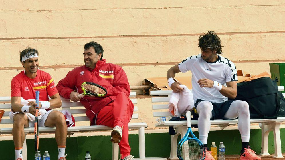 Foto: Bruguera (c), conversa con Ferrer y Feliciano durante un entrenamiento en Marbella. (EFE)