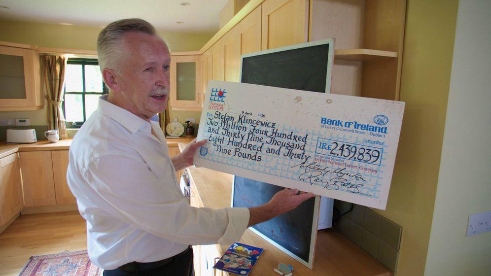 Foto: Klincewicz muestra el cheque que recibió en el programa 'We Won the Lotto' de RTÉ One.