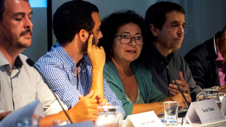 El profesor de Derecho Penal de la Universidad de Barcelona (UB) Iñaki Rivera (1d) junto a la catedrática de Derecho Constitucional de la Universidad Autónoma de Barcelona (UAB) Mercè Barceló (c) y otros observadores del juicio del 1-O. (EFE)