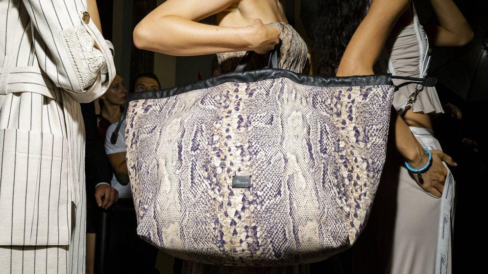Foto: Muy pero que muy grandes, así se llevan los bolsos este año, como este de Blumarine. (Imaxtree)
