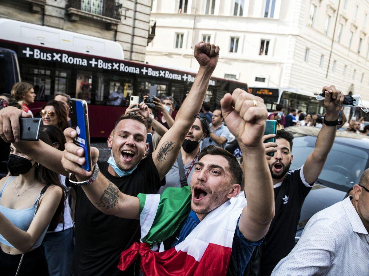 Foto: Italianos celebran en Roma el éxito de la selección (EFE)