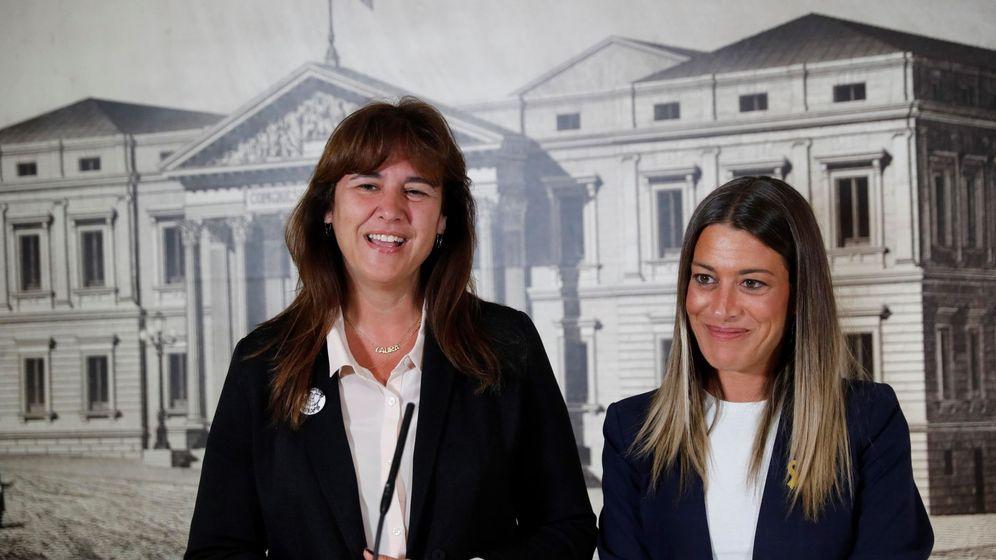 Foto: Las diputadas electas de JxCat Miriam Nogueras (d) y Laura Borràs (iz) durante la rueda de prensa ofrecida tras hacer entrega de sus credenciales este viernes en el Congreso. (EFE)
