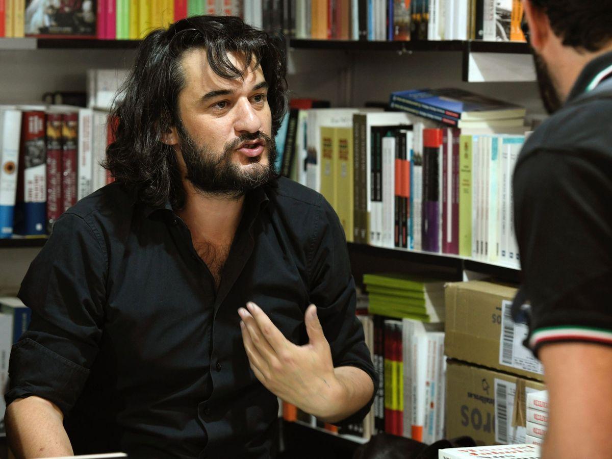 Foto: Jabois firma ejemplares de sus obras en la Feria del Libro de Madrid en 2019. (EFE)