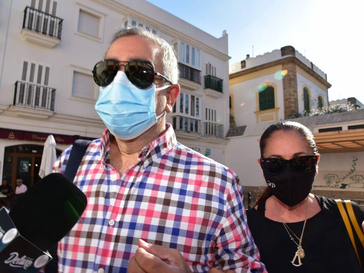 Foto: Isabel Pantoja acompaña a Agustin a los juzgados en Sevilla. (CP)
