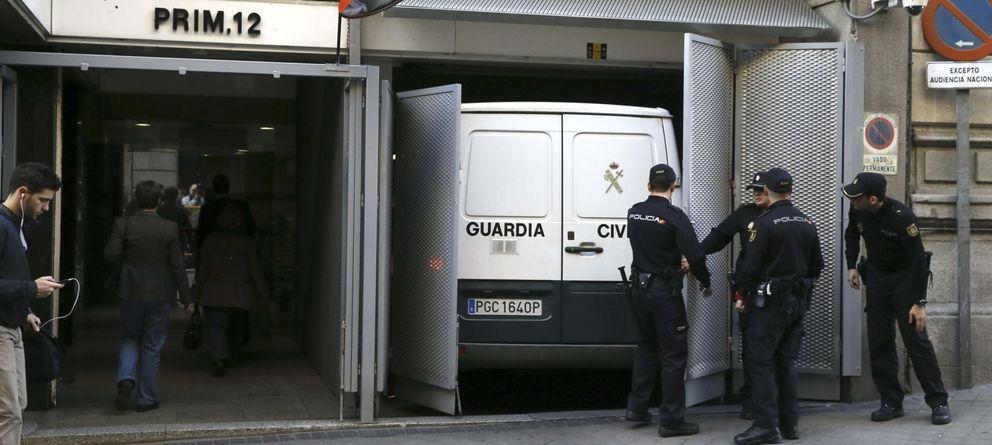 Foto: Un furgón de la Guardia Civil llega a la Audiencia Nacional. (EFE)