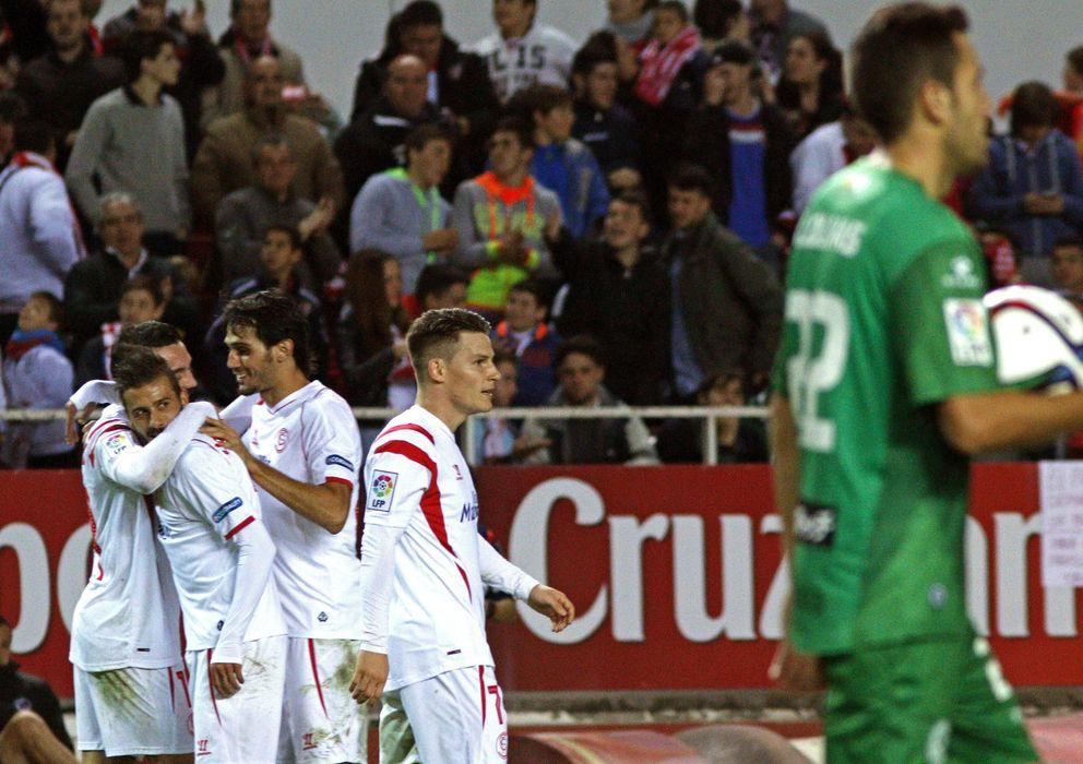 Foto: Los jugadores del Sevilla celebran uno de los tantos (Efe).