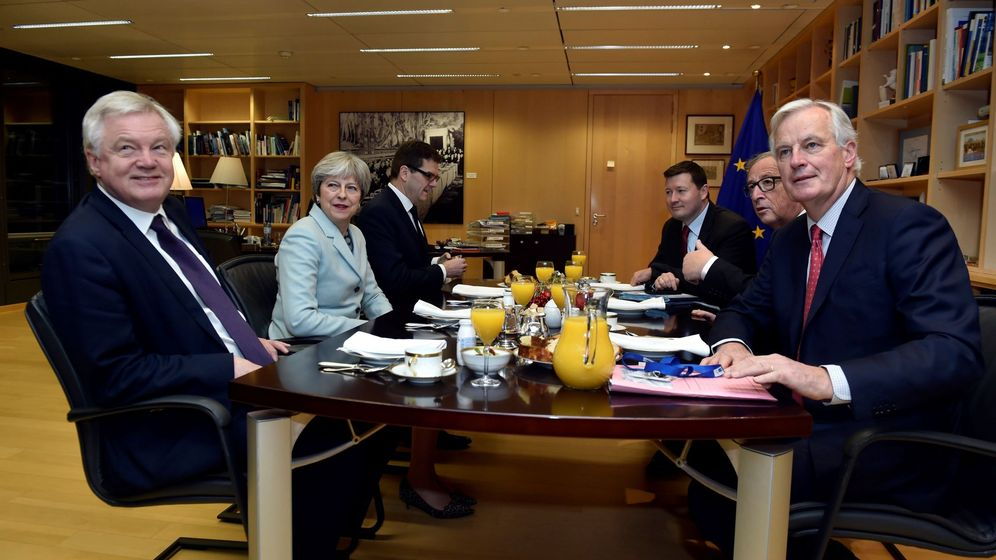 Foto: Jean-Claude Juncker y Michel Barnier se reúnen con la primera ministra británica, Theresa May, y el ministro británico para la Salida de la Unión Europea, David Davis, en Bruselas. (EFE)
