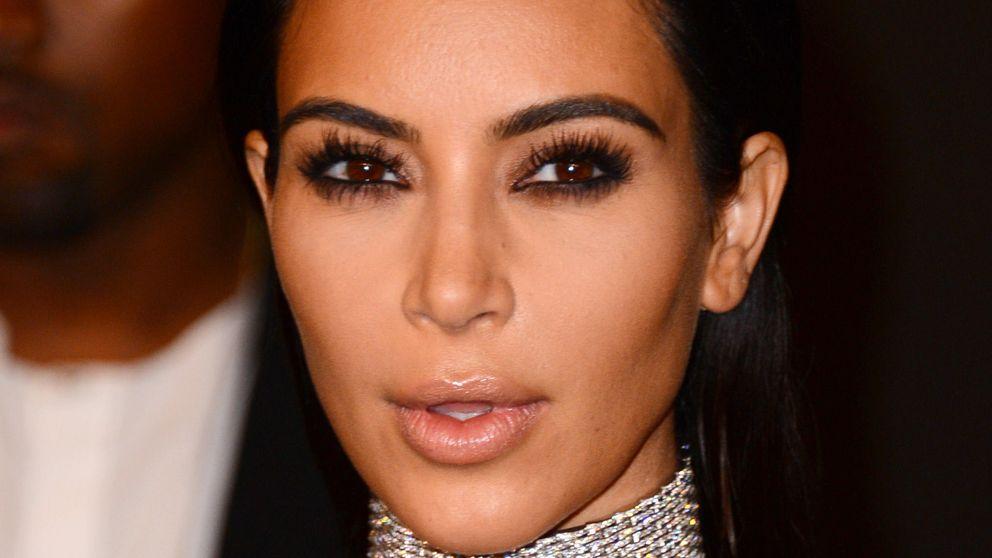 Kim Kardashian presume de hijo mientras su fotografía desnuda sigue recibiendo críticas