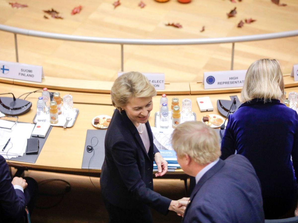 Foto: La presidenta electa de la Comisión Europea, Ursula von der Leyen, saluda al 'premier' Boris Johnson. (Reuters)