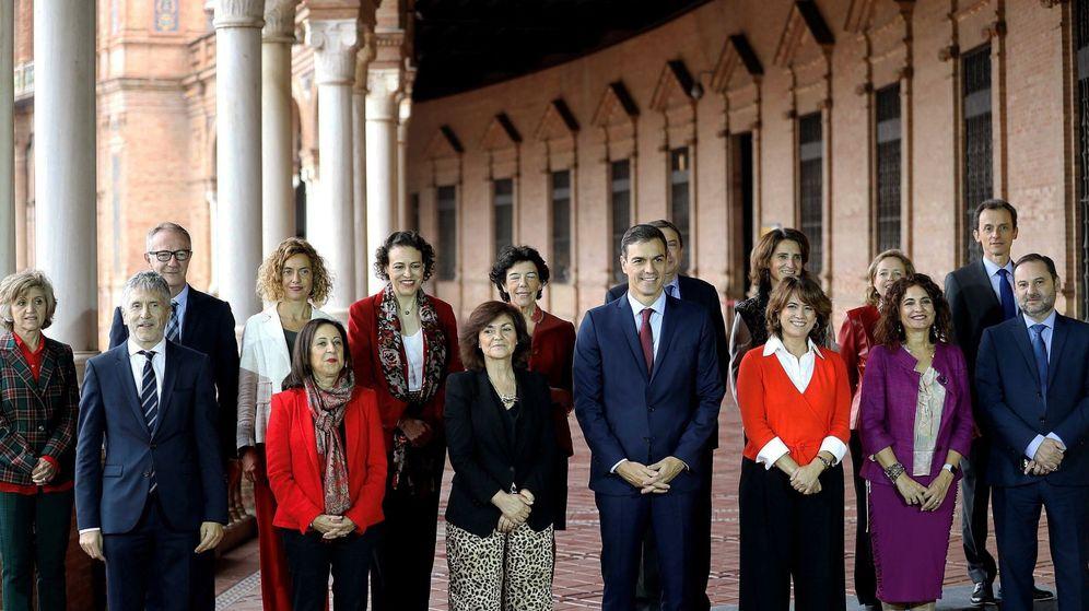 Foto: El jefe del Gobierno, Pedro Sánchez (c), en foto de familia con todos sus ministros en la plaza de España de Sevilla. (EFE)