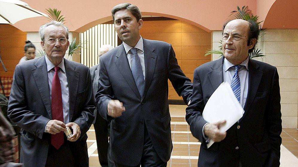Foto: José Roca (i) y Rafael Montero (d), en un acto con el exvicepresidente valenciano, Vicente Rambla (c). (EFE)
