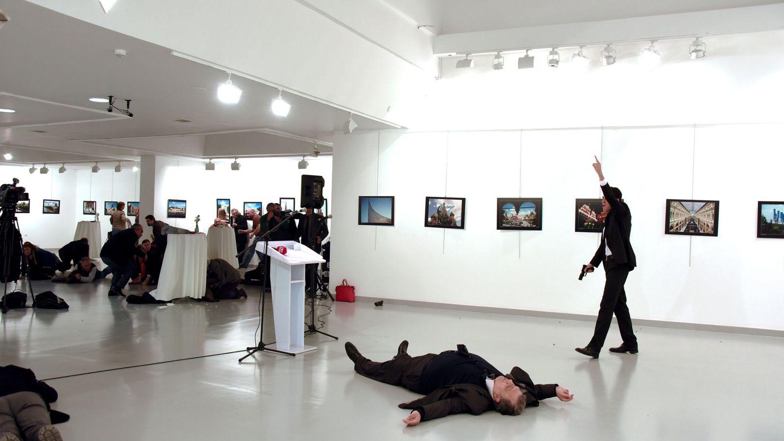 Foto: Fotografía del hombre armado (d) que disparó contra el embajador de Rusia en Turquía, Andrei Karlov. (EFE)