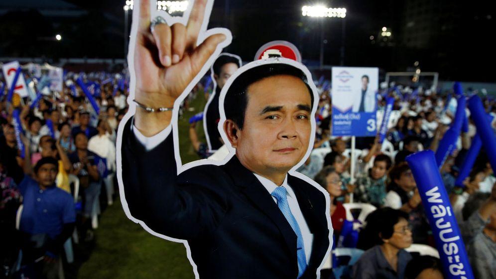 Foto: Partidarios del partido Palang Pracharath enarbolan una figura del primer ministro Prayut Chan-o-cha durante el mitin de cierre de campaña en Bangkok, el 22 de marzo de 2019. (Reuters)