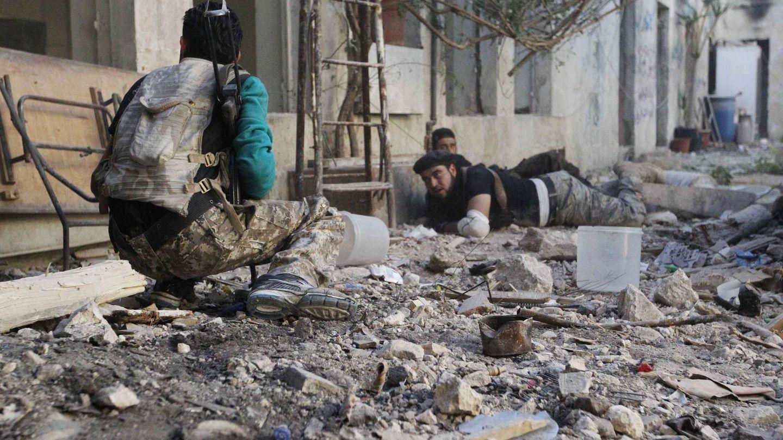 Milicianos del ELS toman posiciones durante combates con fuerzas de Al Asad en la Ciudad Vieja de Alepo (Reuters).