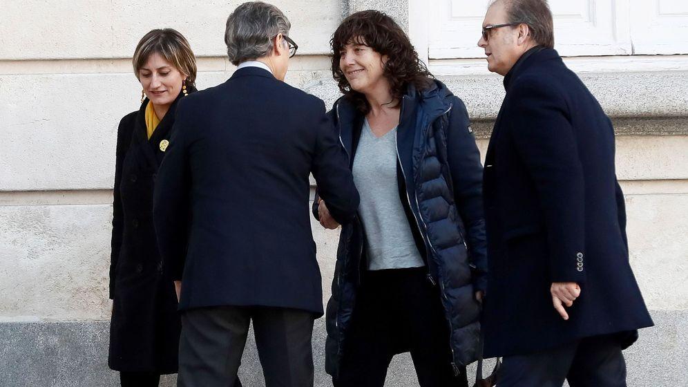 Foto: La 'consellera' de Agricultura de la Generalitat, Teresa Jordà (2d), a su llegada al Tribunal Supremo. (EFE)