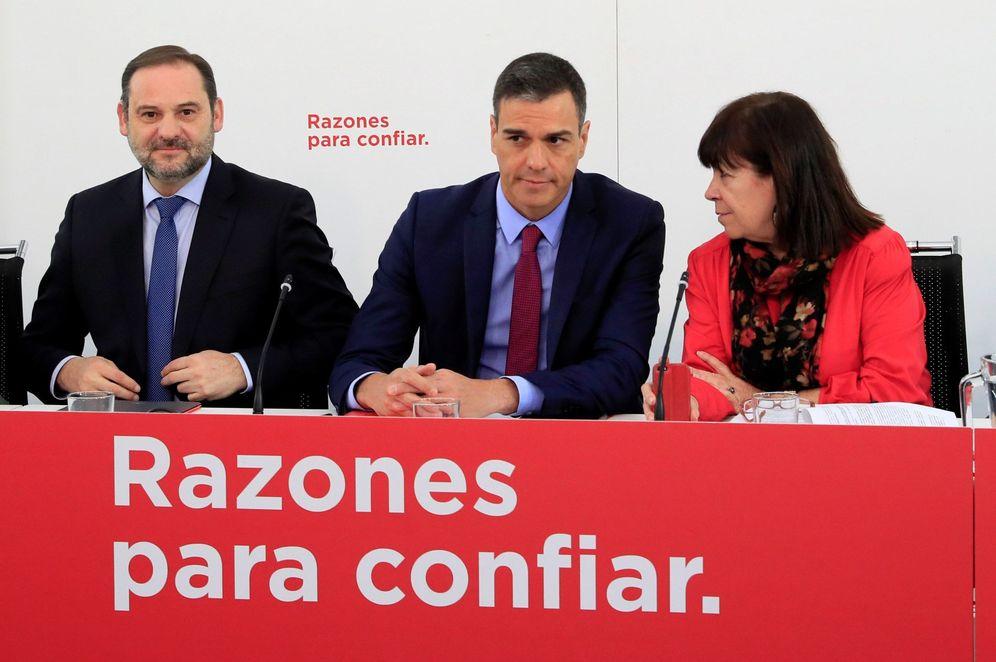 Foto: Pedro Sánchez, flanqueado por Cristina Narbona y José Luis Ábalos, este 8 de enero en Ferraz. (EFE)