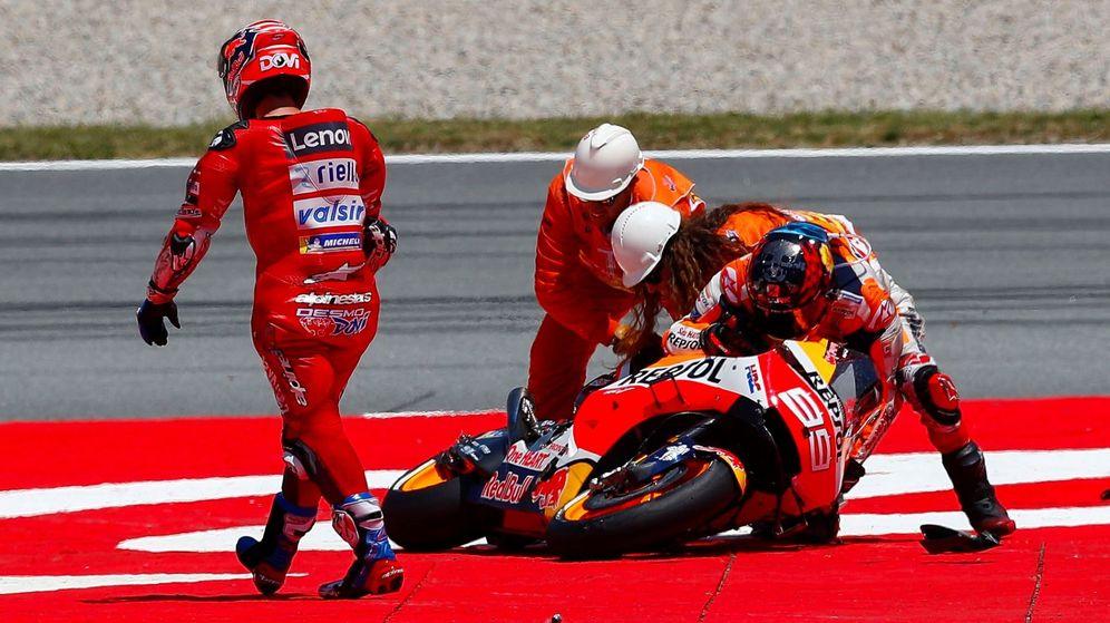Foto: Jorge Lorenzo intenta levantar su moto frente a Andrea Dovizioso. (EFE)