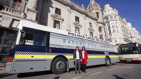 Valencia contesta a Hazte Oír con su propio autobús contra la transfobia