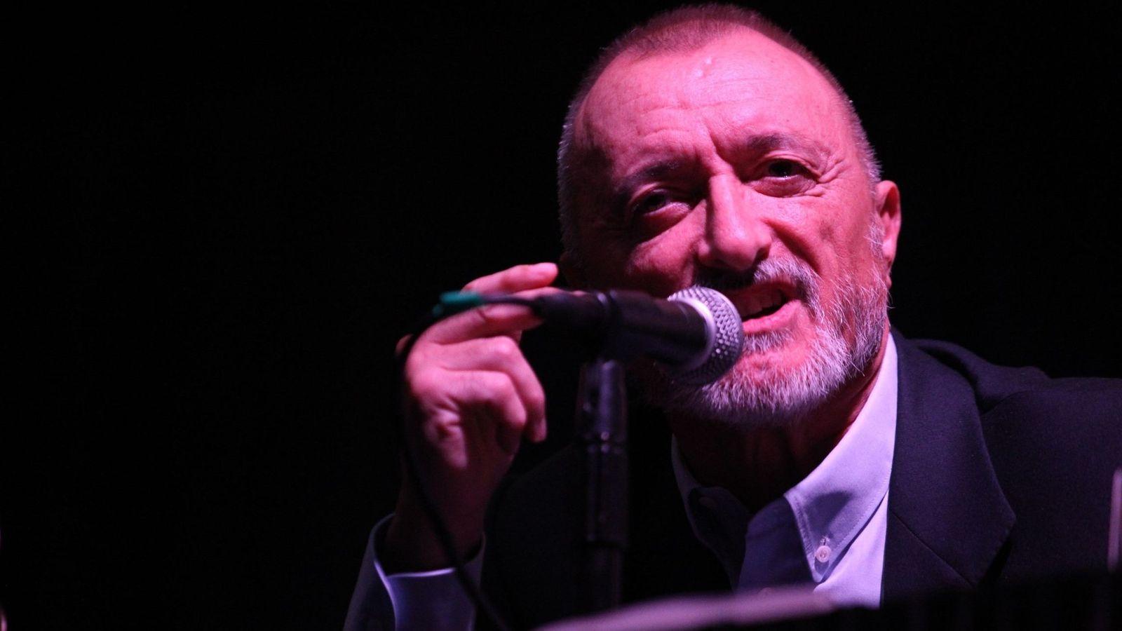 Foto: Arturo Pérez-Reverte habla durante la presentación de su última novela, 'Sabotaje'. (Efe).